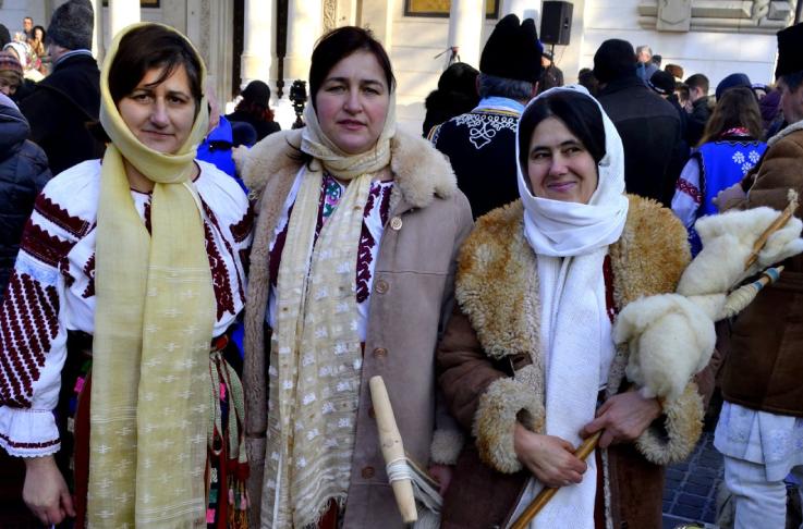 Femeile din Bisoca imbracate in port popular